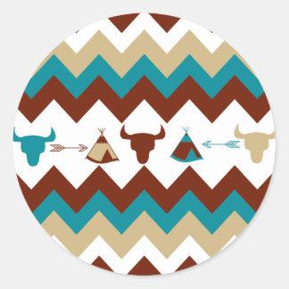 Flechas tribales del tipi de los cráneos de pegatina redonda