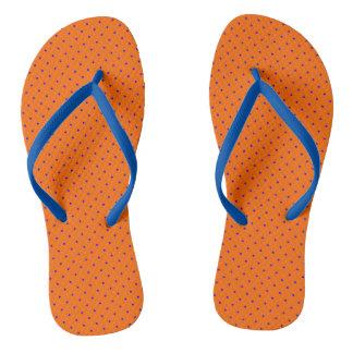 Flips-flopes anaranjados con los puntos del azul