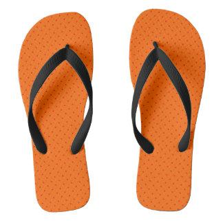 Flips-flopes anaranjados con los puntos rojos