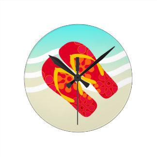 Flips-flopes azules amarillos rojos del tema de la reloj redondo mediano