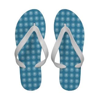 Flips-flopes azules de la playa de las burbujas