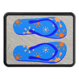 Flips-flopes en la arena tapas de remolque