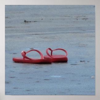 Flips-flopes en la playa póster