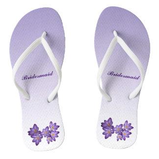 Flips-flopes florales púrpuras de Bridemaid que se