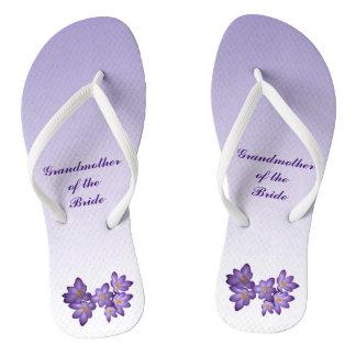 Flips-flopes florales púrpuras de la novia de la