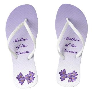 Flips-flopes florales púrpuras del novio de la