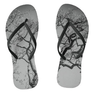 Flips-flopes grises negros y grises del árbol