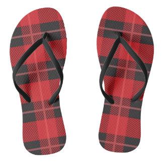 Flips-flopes rojos y negros de la tela escocesa