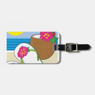 Flips-flopes y bebida etiquetas maletas