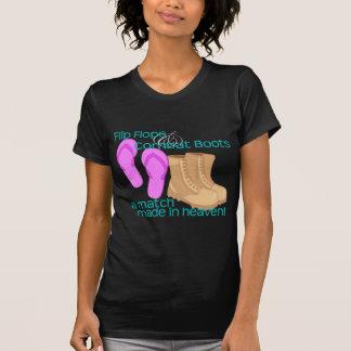 Flips-flopes y botas de combate camiseta
