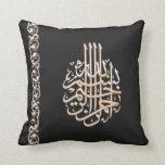 Flor adornada de la caligrafía árabe de Bismillah  Almohada