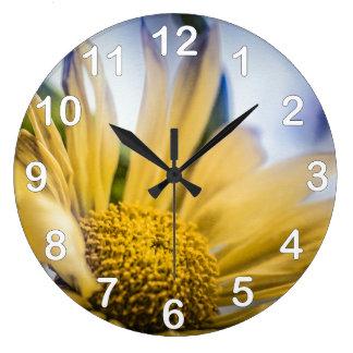 Flor amarilla brillante reloj redondo grande