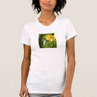 Flor amarilla con la abeja del tarareo camisas