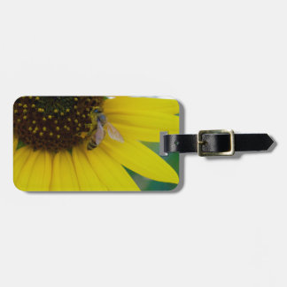 Flor amarilla con la abeja etiqueta para maleta
