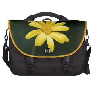 Flor amarilla de la margarita bolsas para portátil