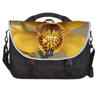 Flor amarilla de la orquídea bolsas para portatil