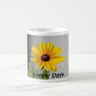 Flor amarilla de oro taza clásica