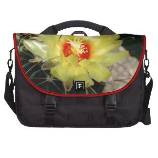 Flor amarilla del cactus del anzuelo bolsas para ordenador
