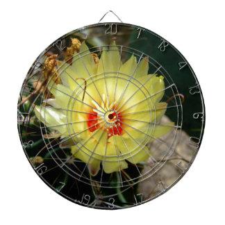 Flor amarilla del cactus del anzuelo tabla dardos