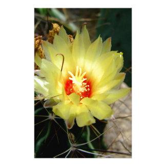 Flor amarilla del cactus del anzuelo  papeleria de diseño