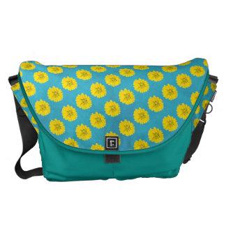 Flor amarilla del cosmos con el fondo azul claro bolsas de mensajería