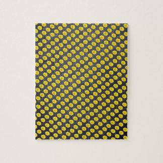 Flor amarilla del cosmos con el fondo negro puzzles