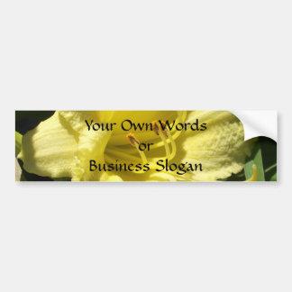 Flor amarilla del Daylily Pegatina De Parachoque