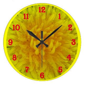 Flor amarilla del diente de león reloj redondo grande