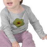 flor amarilla del hibisco camisetas