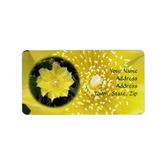 Flor amarilla del higo chumbo del cactus etiquetas de dirección
