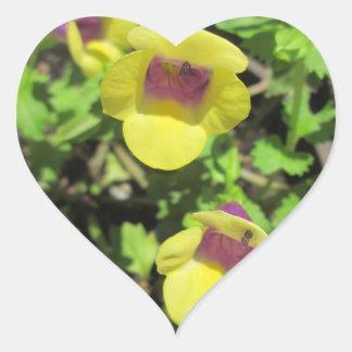 Flor amarilla del jardín de la planta de Torenia Pegatina De Corazón Personalizadas