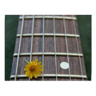 Flor amarilla en cuello de la guitarra del retroce tarjetas postales