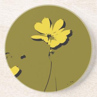 Flor amarilla en el fondo verde de la cal - bella  posavasos cerveza