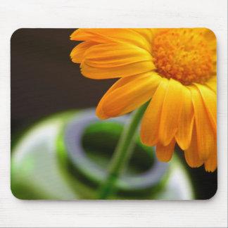 Flor amarilla en florero mousepads