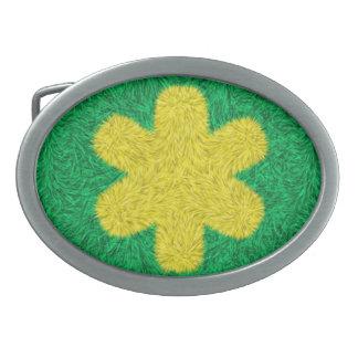 Flor amarilla en fondo verde hebilla de cinturón oval