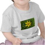 Flor amarilla en la hierba camisetas