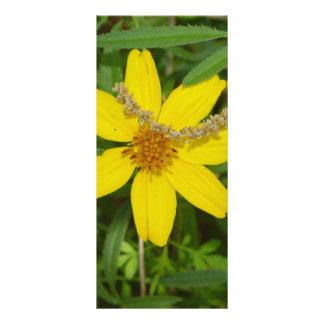 Flor amarilla en la hierba tarjetas publicitarias
