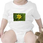 Flor amarilla en la hierba traje de bebé