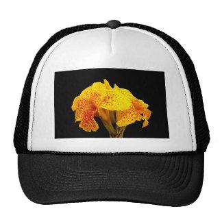 Flor amarilla hermosa en fondo negro gorros bordados