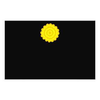 Flor amarilla soleada brillante. En negro Tarjeton