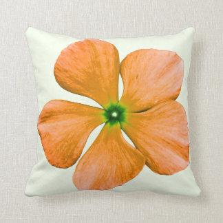 Flor anaranjada cojín decorativo