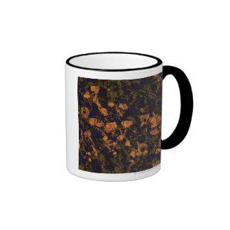 Flor anaranjada contra modelo del camuflaje de la taza de dos colores