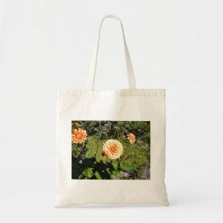 Flor anaranjada de la dalia en jardín bolsas lienzo