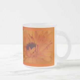Flor anaranjada de las maravillas taza de cristal