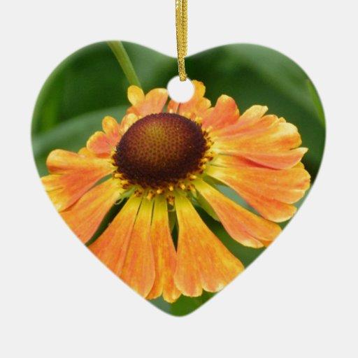 Flor anaranjada adorno de cerámica en forma de corazón