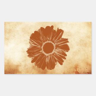 Flor anaranjada en el papel sucio del vintage etiquetas