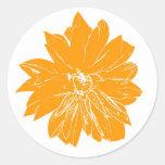 Flor anaranjada grande pegatina redonda