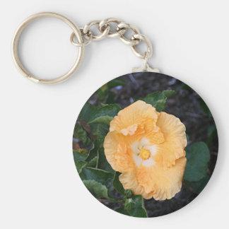 Flor anaranjada pálida del hibisco llavero redondo tipo pin