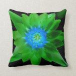flor aseada verde del lirio de agua contra las hoj almohada