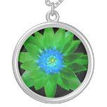 flor aseada verde del lirio de agua contra las hoj colgante